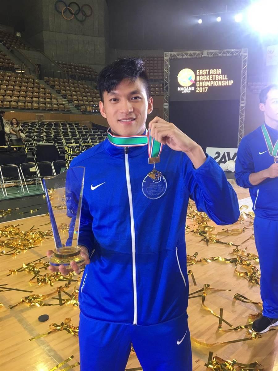 中華男籃在東亞錦標賽奪冠,名氣頗高的于煥亞開心留影。(圖/中華籃協秘書長李一中提供)
