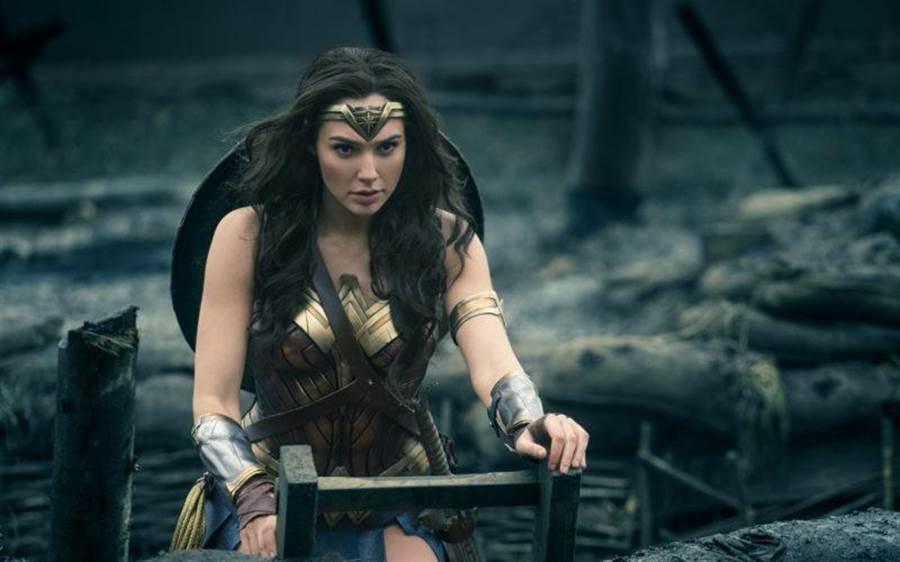 電影神力女超人真實的呈現一戰歷史,與當時代的科技武器。(圖/DC影業)