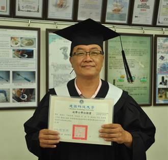 56歲碩士老董重回大學當學生 建國科大頒好學獎