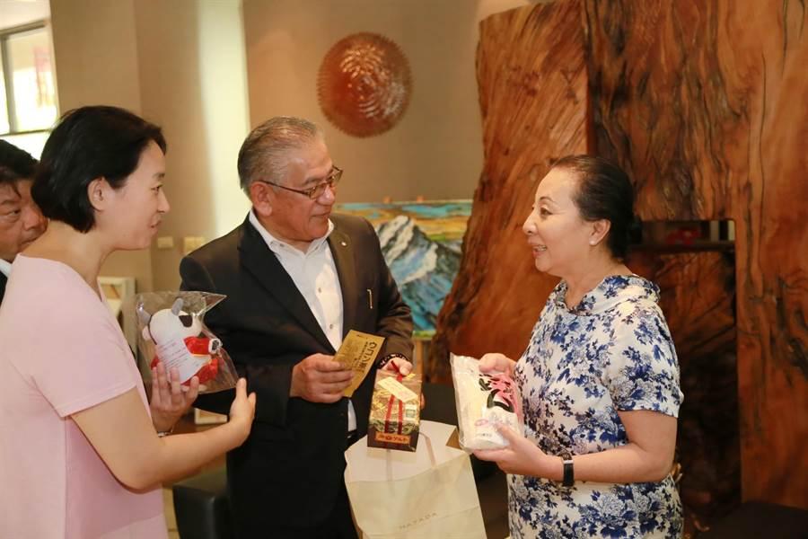 日本食研集團8日與嘉義縣長張花冠見面,雙方相談甚歡。(呂妍庭攝)