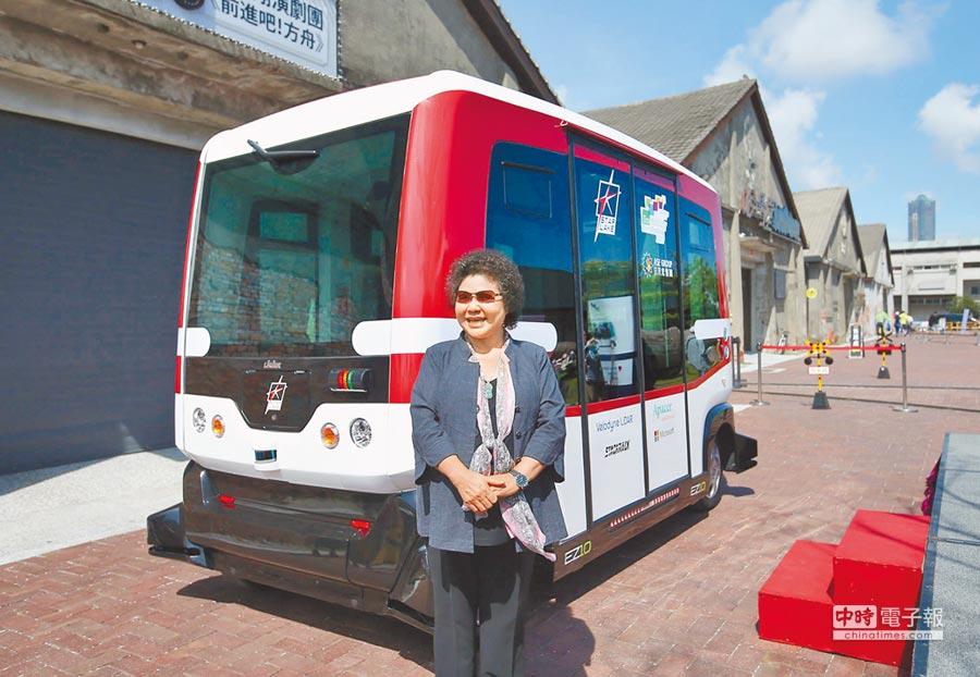 全台第1輛全AI智慧無人駕駛小巴士(如圖)7日在高雄駁二藝術特區正式亮相,市長陳菊親臨試乘。(王錦河攝)