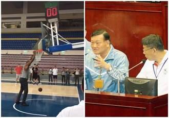 戴維斯灌倒世大運籃球架驚呼「好可怕」   柯P:破壞公物!
