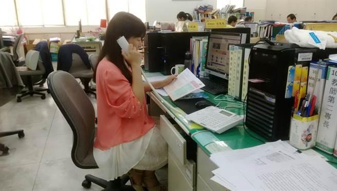 台中市府教育局有專人為12年國教免試入學志願選填諮詢服務。(盧金足攝)