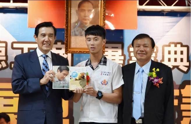 馬英九頒發「優秀新住民特別獎」給畢業生林明明。(圖/中央社)