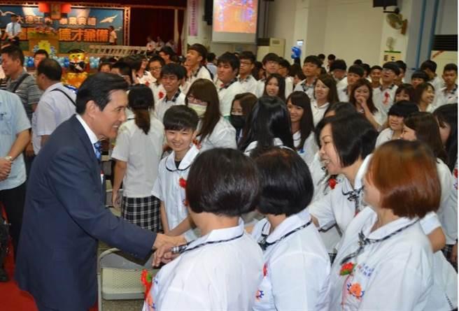 馬英九與熱情的學生們握手。(圖/中央社)