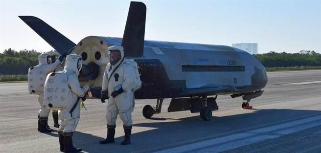 美國空軍的秘密太空梭X-37B在5月剛回地球,決定在8月再重返太空,改搭乘Space X的獵鷹9號火箭。(圖/美國空軍)