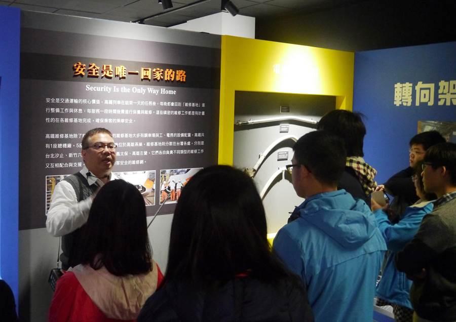 高鐵營隊學員參訪「台灣高鐵探索館」,了解高鐵發展歷史。圖/高鐵提供