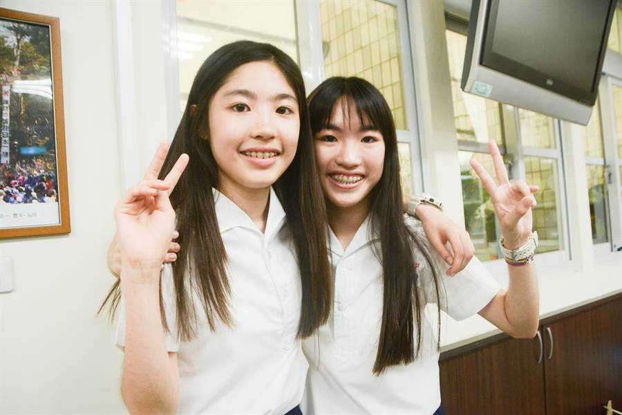 高雄五福國中雙胞胎姊妹姜又睿(左)、姜又婕(右),會考成績皆是滿分滿點、作文滿級。(林宏聰攝)