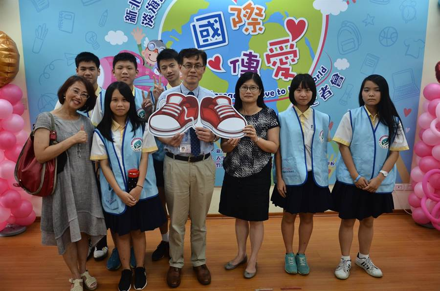 教育局副局長蔣偉民(中)表示,為了培養學生全球關懷與體認全球共同體的精神,今年特別規劃國際傳愛的活動。(新北市政府教育局提供)