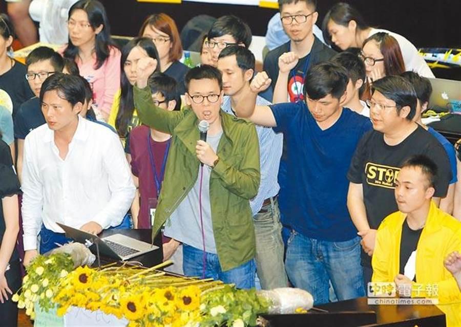 白色正義聯盟憤怒說,陳順和分局長,有必要還要向林飛帆(前左2)致意嗎!?(資料照片,陳志源攝)