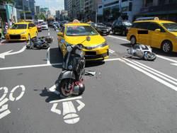 計程車運將錯踩油門 撞翻5機車