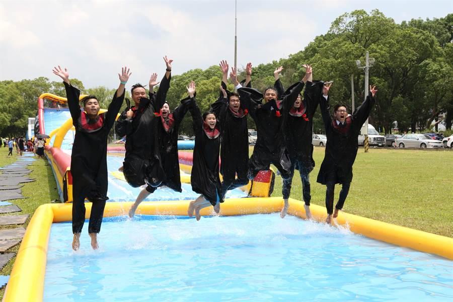 勤益科技大學畢業生在戲水池旁高聲歡呼,慶祝畢業。(林欣儀攝)