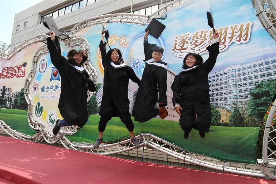 興大今舉辦畢典,畢業生歡呼慶祝畢業。(翻攝照片)