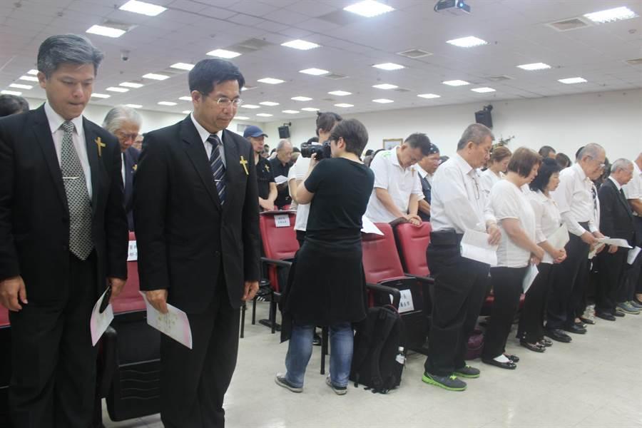 教育部長潘文忠(左二)參加賴弘毅追思告別式,肯定其生前對弱勢教育的奉獻。(陳淑娥攝)