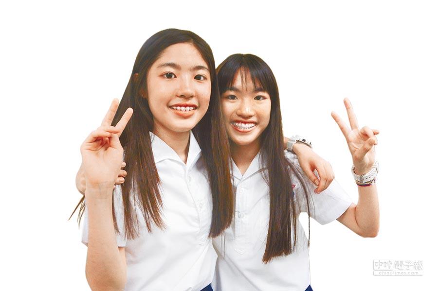 高雄五福國中雙胞胎姊妹姜又睿(左)、姜又婕(右),成績皆滿分滿點、作文滿級。(林宏聰攝)
