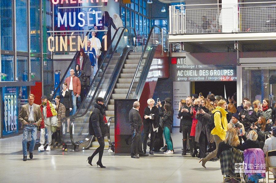 鬼才設計師Demna Gemna手創的品牌Vetements本季自巴黎高訂周出走,並將用靜態展示取代以往辦秀模式,要讓消費者再度聚焦衣服本身,圖為品牌2017秋冬大秀。(CFP提供)