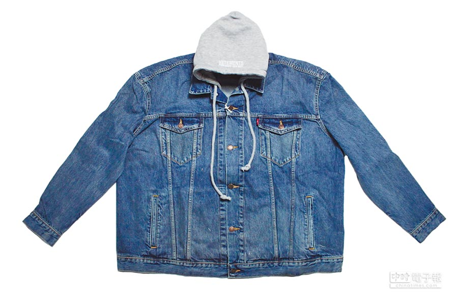 Vetements × Levi's聯名款Oversized拼接連帽丹寧外套,7萬800元。(團團精品提供)