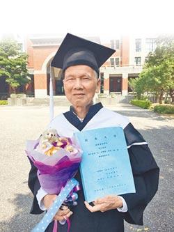 80歲碩士生 一指神功敲論文