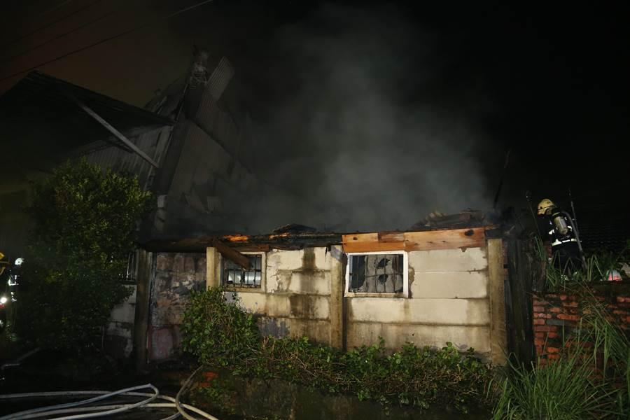 嘉義市西區新厝街巷內一間鐵皮屋10日晚間驚傳火警。(余信賢攝)