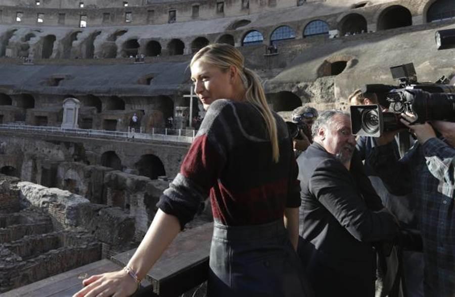 莎拉波娃參觀羅馬遺跡,她在羅馬公開賽時大腿受傷。(美聯社資料照)