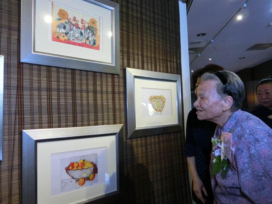 ▲91歲重度失智楊王美阿嬤無師自通創作,生平首辦畫展,阿嬤望著畫作,頻問「這是我畫的嗎?」(曹婷婷攝)
