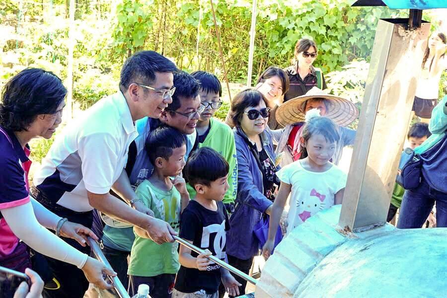 宜蘭市新生社區透過啟動披薩窯的儀式,象徵社區規畫師計畫正式啟用。(宜蘭市新生社區提供)