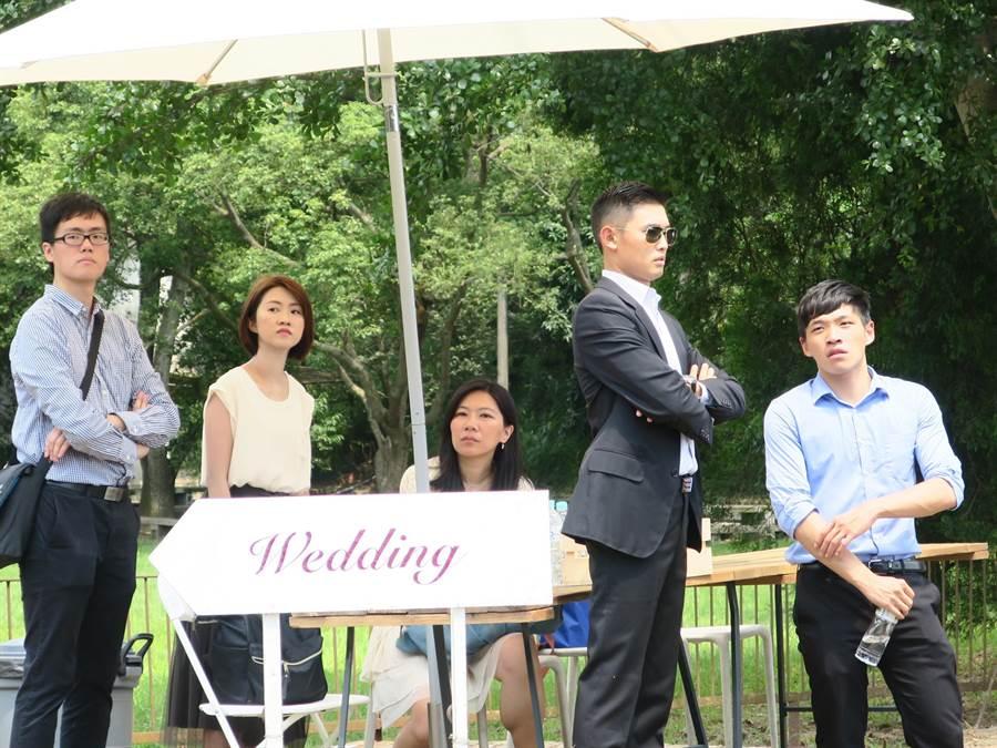 陳為廷(右起)、王雲祥等人負責在牧場門口站崗,過濾入場賓客身分並接待採訪媒體。(謝瓊雲攝)