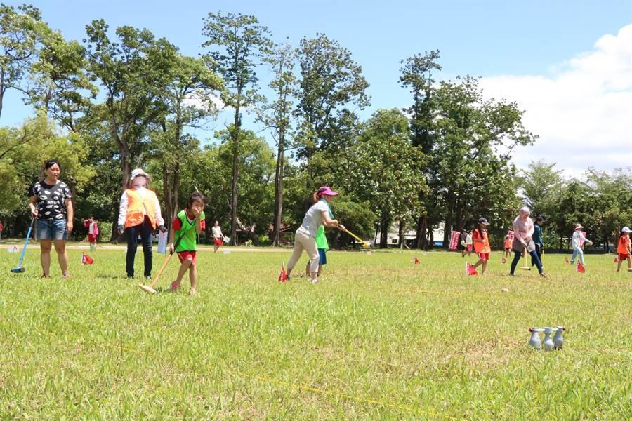 屏東縣木球嘉年華11日在內埔國中登場,活動內容一改學生比賽模式,改由親子組上陣大比拚,近300人在艷陽下玩得不亦樂乎。(謝佳潾攝)