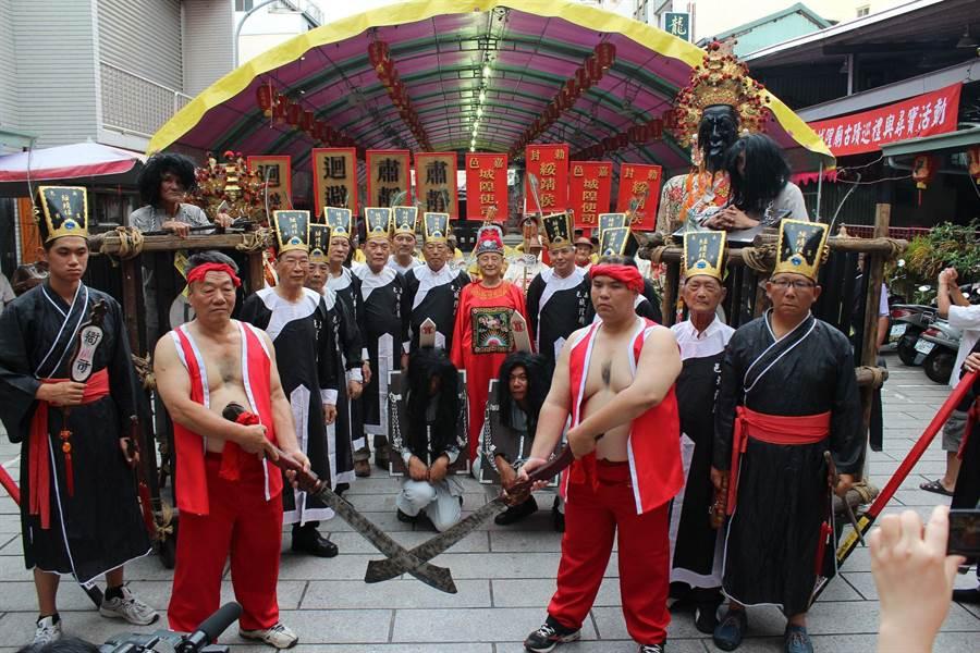 嘉義市城隍廟夜巡活動,信眾扮演捕快、囚犯、劊子手。(廖素慧翻攝)