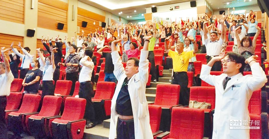 彰濱秀傳醫院舉辦「別讓肺癌找上你」講座,就肺癌的形成和保健與發現和治療進行分享,並引導練習太極六式氣功。(吳敏菁攝)