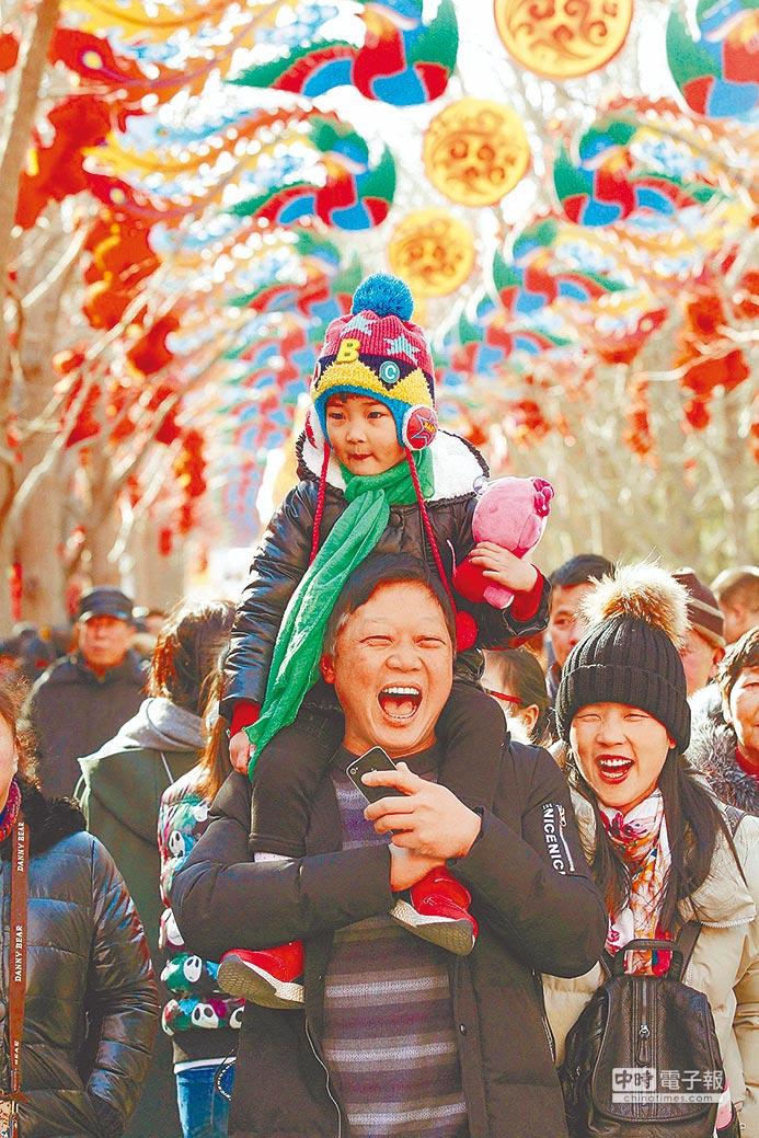 留在北京過年台商,最喜歡逛北京地壇的廟會,有濃濃北方年味,春節廟會也會邀台灣民眾一起表演台灣歌舞。(新華社)