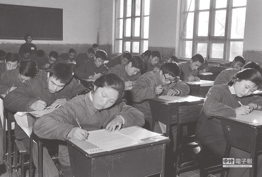 大陸1977年恢復高考,吸引570萬名考生走進考場。(新華社)