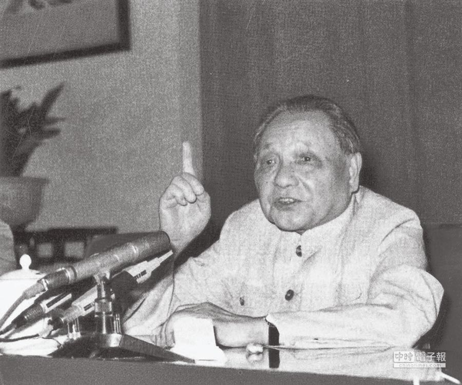 1977年8月,鄧小平在人民大會堂召開「科學和教育工作座談會」,重啟關閉11年之久的高考之門。(本報系資料照片)