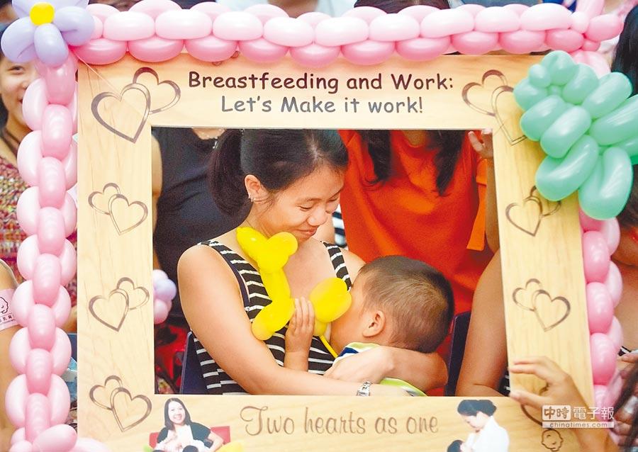 集體哺乳活動上,一位媽媽在喂哺寶寶。(新華社資料照片)