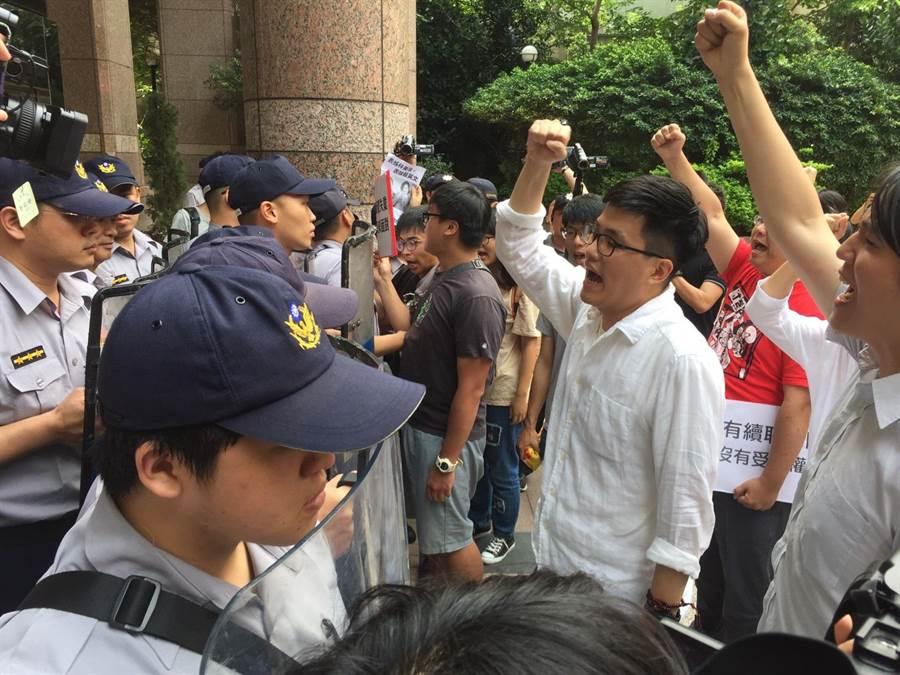 學生聚集在勞動部前抗議。(陳宜加攝)