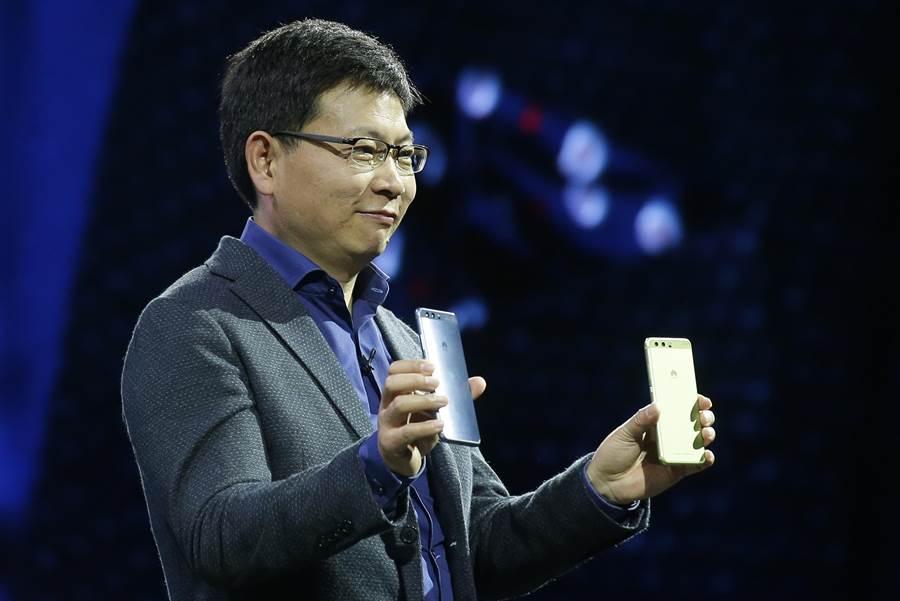 華為消費者業務CEO余承東展示華為P10 Plus手機。(圖/美聯社)