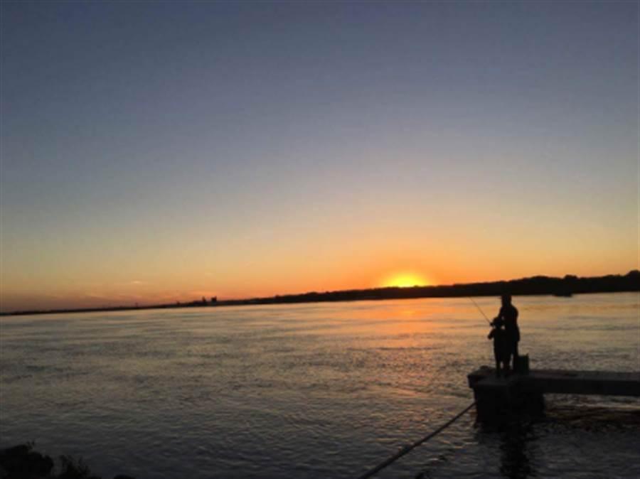 路人戈麥斯捕捉到威廉斯和傑登父子倆,在河畔邊享受天倫之樂的畫面(圖/翻攝自Gofundme)