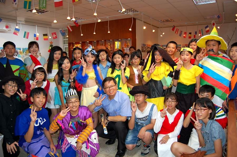 垂楊國小校長周孟志(前排左四)樂與學生從服裝、建築環遊十八國。(廖素慧攝)