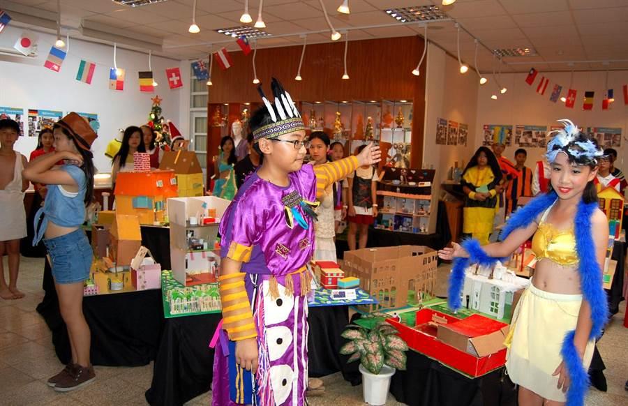 垂楊國小小朋友穿上自己設製的各國服裝導覽各國建築特色。(廖素慧攝)