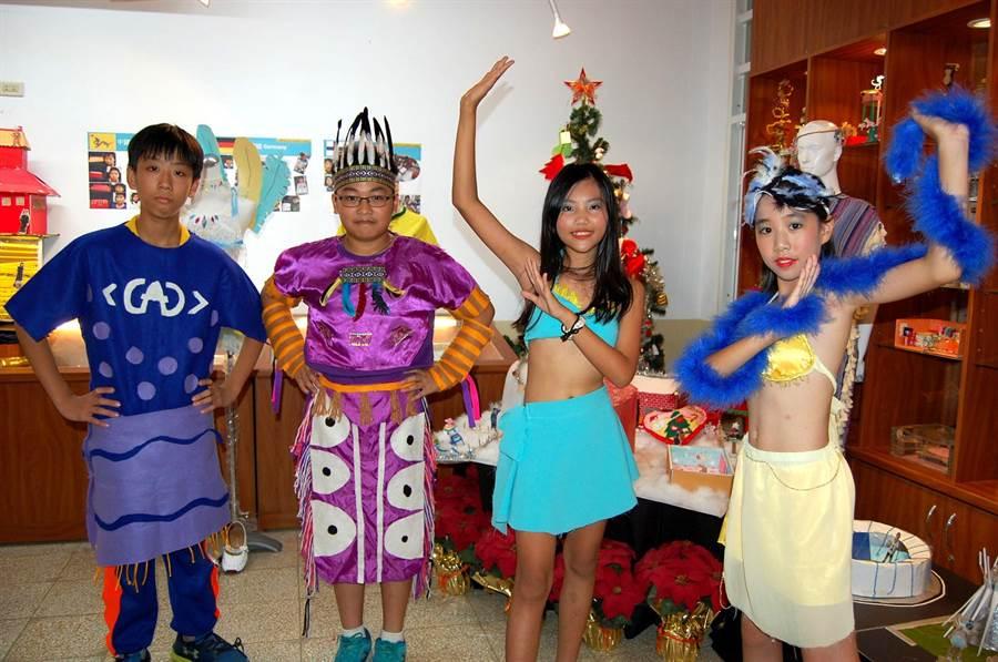 垂楊國小小朋友陳柏叡(左)、蕭楷勳(左二)自己設製加拿大傳統服飾,陳亮吟(右二)、池蓮郁(右)打扮成森巴女郎。(廖素慧攝)