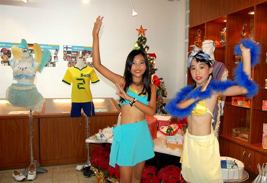 池蓮郁(右)、陳亮吟打扮成森巴女郎,活潑熱情。(廖素慧攝)