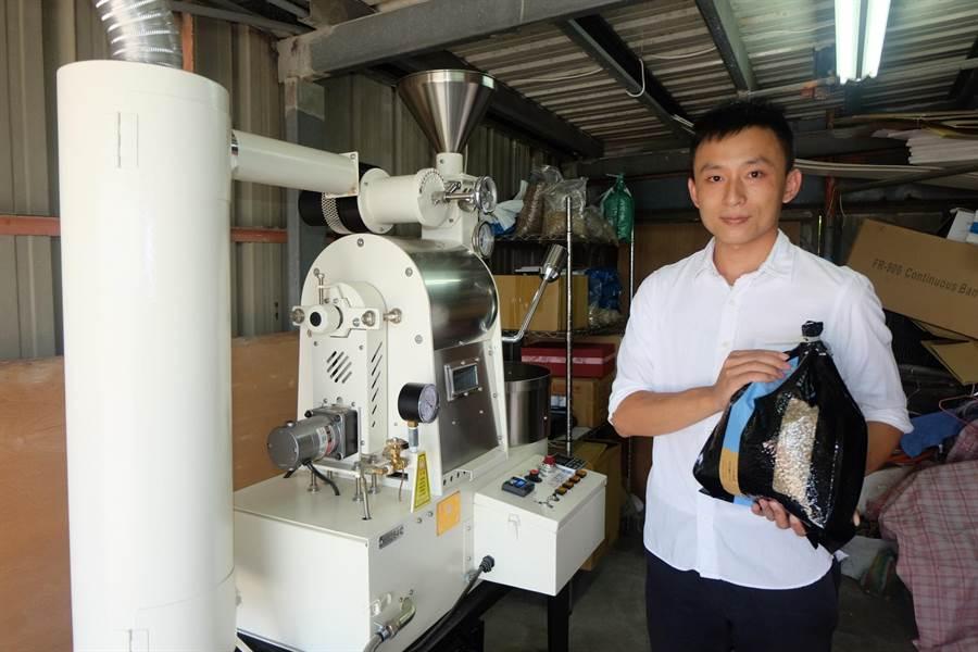 陳柏元返鄉創業開設咖啡烘焙工作室,讓偏鄉咖啡飄香。(張朝欣攝)
