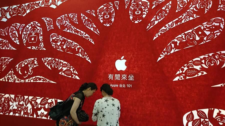 台灣首家蘋果直營店搶進台北101,「有閒來坐」正中果迷心坎裡。(圖/李麗滿)