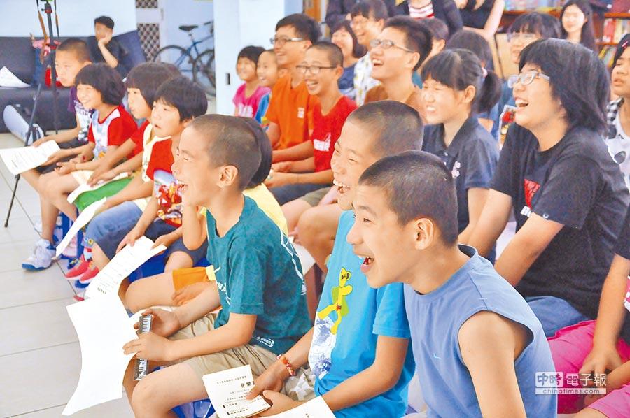 圖為桃園懷德風箏緣地育幼院,孩子們因為音樂感受快樂。(黃渼娟提供)