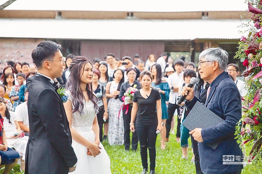 導演柯一正(右)擔任林飛帆婚禮證婚人。(謝瓊雲翻攝)