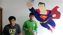 桃市八德國中美術班 替教養院彩繪牆面