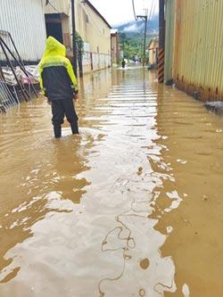 雷雨狂襲 街道淹成小溪