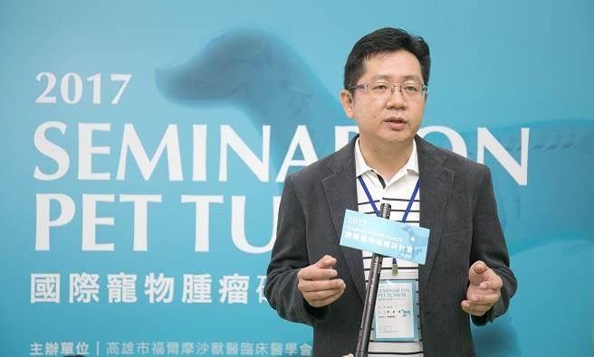 張益福說,臨床上外用「台灣小分子褐藻醣膠」,平均1到2週有助於寵物改善皮膚問題。(台灣褐藻醣膠發展學提供)