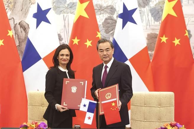 中國大陸外交部長王毅(右)13日在北京與巴拿馬副總統兼外長聖馬洛(Isabel Saint Malo)會談。會談後,雙方簽署建立外交關係的聯合公報。(中新社提供)