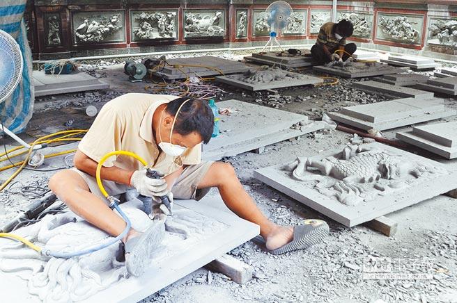中壢仁海宮正進行相關翻修工程,門面以觀音材質,由師傅雕刻相關圖樣。(楊明峰攝)